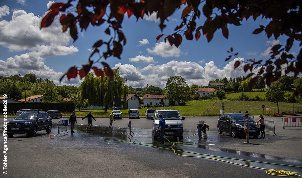 Ahetze : Des jets d'eau, beaucoup de voitures et de l'huile de coude pour le projet des ados.