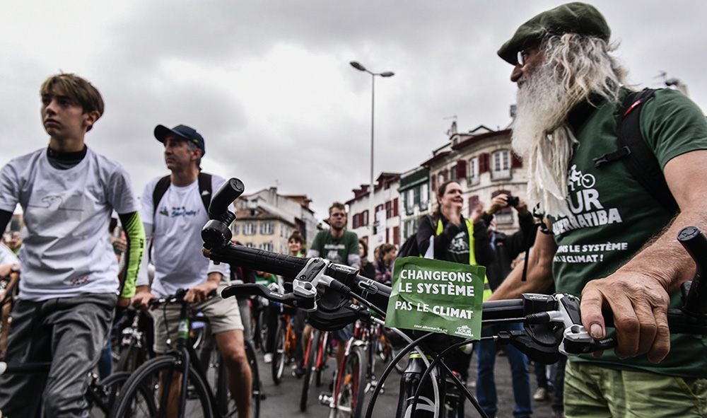 Climat  : 15 000 personnes à Bayonne au Pays basque pour la sortie du rapport 1,5 °C du GIEC.