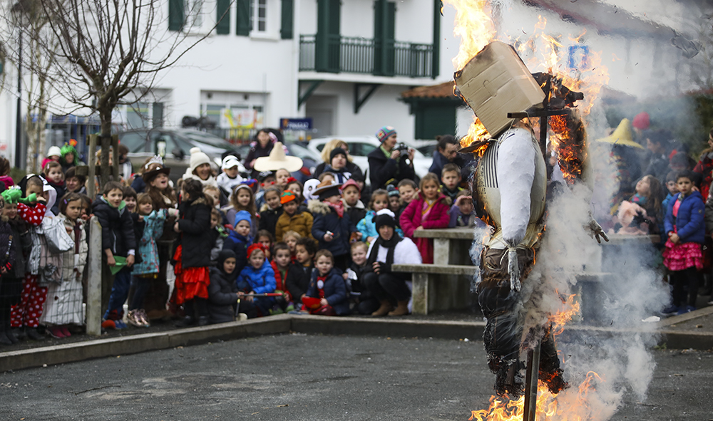 CULTURE / Carnaval, Inhauteria Ahetze province du Labourd, Zanpanzar jugé et brulé au Pays Basque.