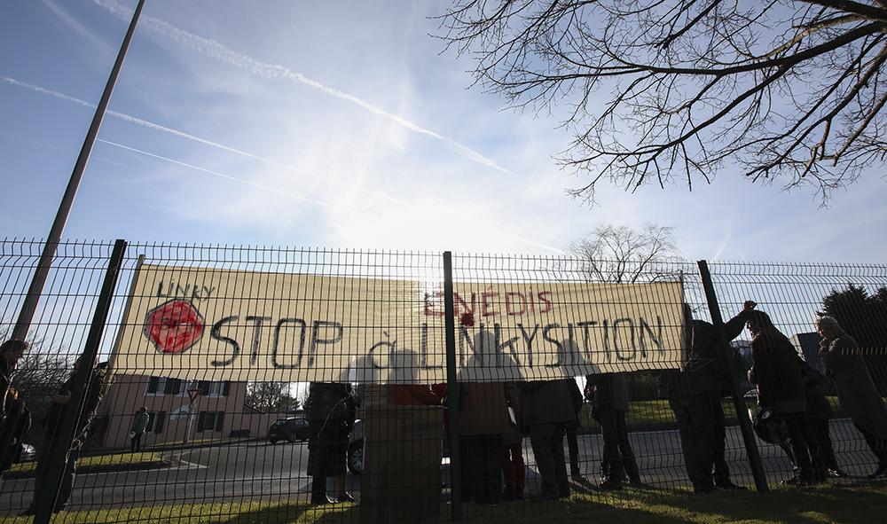 ECONOMIE-SANTE PUBLIQUE : Collectifs anti-linky, le premier rassemblement et la première manifestation d'une longue série devant le siège de l'entreprise ENEDIS à Bayonne.