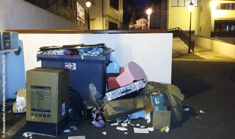 Environnement:Ahetze se mue en déchetterie lors de la brocante mensuelle. Ahetzeko Herritarren Hitza lance un cri d'alarme.