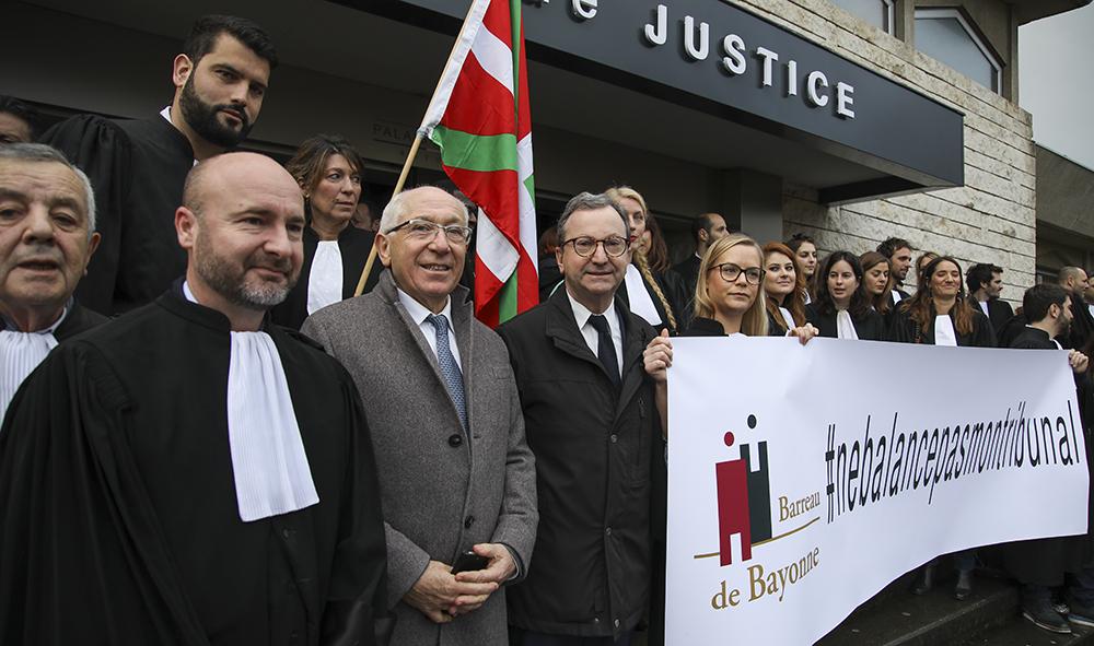 Justice: Le redressement...mais pas n'importe comment, les avocats de  Bayonne ne balancent pas leur tribunal.