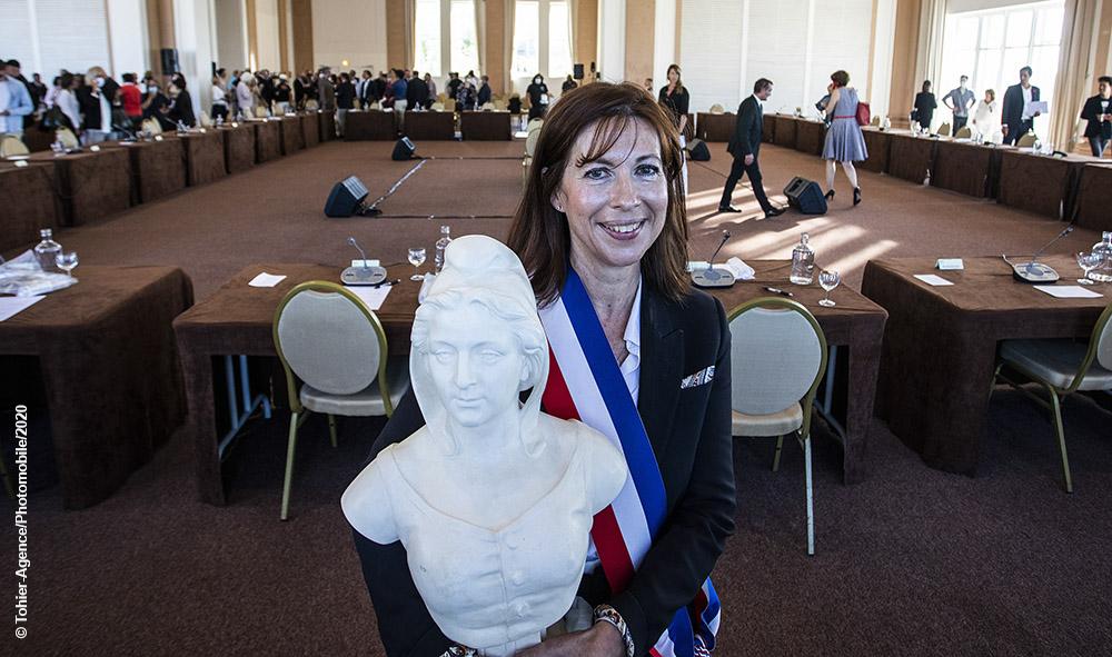 Maider Arosteguy Maire de la ville de Biarritz avec la Marianne, figure symbolique de la République française, le 3 juillet 2020.