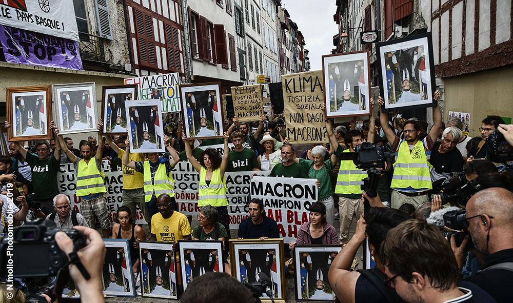 Politique : G7 Pays Basque à Bayonne retour des portraits de Macron, sur 130 portraits volés plusieurs étaient de retour dans le petit Bayonne.
