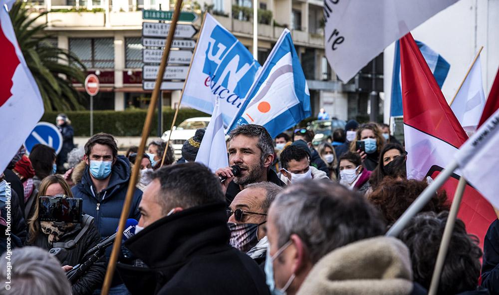Société : L'intersyndicale de l'Education Nationale dans la rue à Bayonne au Pays basque.