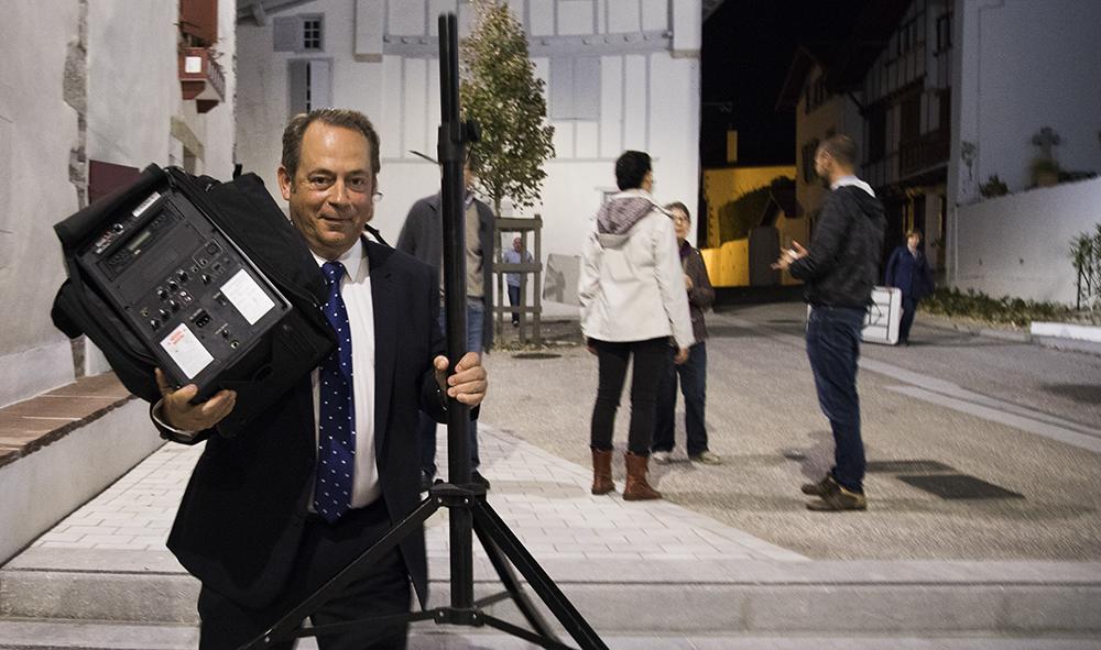 """Urbanisme : Ahetze, le sous-préfet de Bayonne Hervé Jonathan a fait le tour du """"propriétaire"""" avec Philippe Elissalde, maire d'Ahetze suite à l'inauguration de la place Mattin-Trecu."""