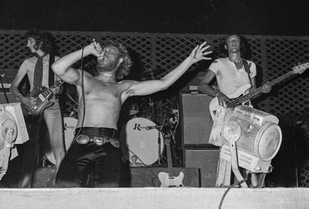 Johnny Halliday concert au Jai Alai de le 23 aout 1969 Saint Jean de Luz. Johnny Halliday est décédé d'un cancer dans la nuit du mardi 5 au mercredi 6 décembre 2017 à l'âge de 74 ans à Marnes-la-Coquette dans le département des Hauts-de-Seine en région Île-de-France.