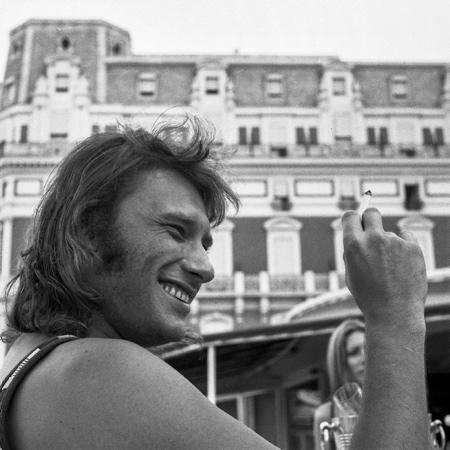 Johnny Halliday à l'Hôtel du Palais de Biarritz au Pays Basque en 1974. Johnny Halliday est décédé d'un cancer dans la nuit du mardi 5 au mercredi 6 décembre 2017 à l'âge de 74 ans à Marnes-la-Coquette dans le département des Hauts-de-Seine en région Île-de-France.