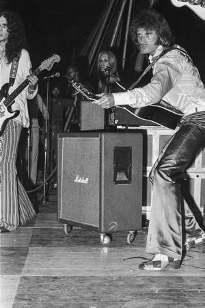 Johnny Halliday concert en concert à Bayonne sous chapiteau dans les remparts de Mousserolles le 12 juillet 1979. Johnny Halliday est décédé d'un cancer dans la nuit du mardi 5 au mercredi 6 décembre 2017 à l'âge de 74 ans à Marnes-la-Coquette dans le département des Hauts-de-Seine en région Île-de-France.