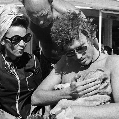 Johnny Halliday à l'Hôtel du Palais de Biarritz au Pays Basque en 1980 avec Leila du 'Tagada' et son lionceau. Johnny Halliday est décédé d'un cancer dans la nuit du mardi 5 au mercredi 6 décembre 2017 à l'âge de 74 ans à Marnes-la-Coquette dans le département des Hauts-de-Seine en région Île-de-France.