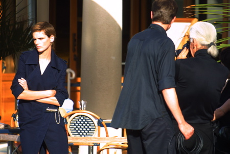 Karl Lagerfeld le photographe de mode en shooting à Biarritz le 30 Octobre 2001. Karl Lagerfeld est DCD le 19 fevrier 2019 à l'age de 85 ans.  Biarritz, Pays Basque, Nouvelle Aquitaine, Pyrénées Atlantiques, Sud Ouest, France, Europe.