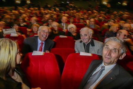 Charles Aznavour et Didier Borotra le maire de la ville de Biarritz le 18 janvier 2005 à la gare du midi.Charles Aznavour est mort le 1 octobre 2018 à l'age de 94 ans.  Biarritz, Pays Basque, Nouvelle Aquitaine, Pyrénées Atlantiques, Sud Ouest, France, Europe.