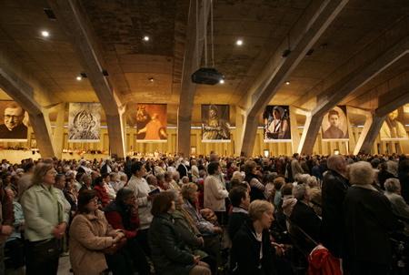 Basilique Saint-Pie X de Lourdes, messe et prières à l'interieur de la Basilique le 14 mai 2006. La basilique Saint-Pie X de Lourdes à été inaugurée, en 1958, lors du centenaire des apparitions de la Vierge Marie à Bernadette Soubirous.  Lourdes, Hautes-Pyrénées, région Occitanie,  Europe, France.