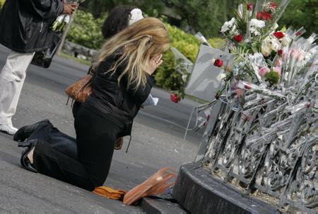 Sanctuaire de Lourdes, une femme, une fidèle en prière à genoux au pied de la vierge couronnée, Lourdes le 14 mai 2006.  Lourdes, Hautes-Pyrénées, région Occitanie,  Europe, France.
