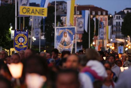 Pèlerinage national à Lourdes le 12 aout 2016, le Sanctuaire de la Basilique du rosaire de nuit et les pelerins lors du pelerinage national en periode du Jubilé de la Misericorde.Lourdes le 12 aout 2016.  Lourdes, Hautes-Pyrénées, région Occitanie,  Europe, France.
