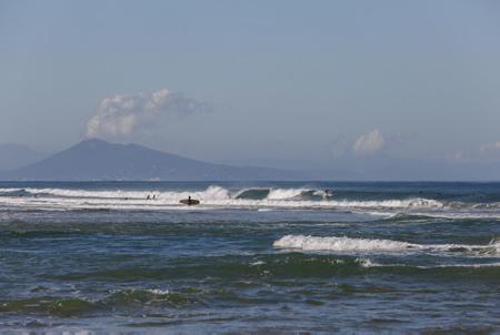 Surfeurs en action sur le spot de la plage des Corsaires à Anglet au Pays Basque ici avec la montagne du Jaizkibel en arriere plan.  Anglet, Pays Basque, Région Nouvelle-Aquitaine. Aquitaine-Limousin-Poitou-Charentes, France, Europe.