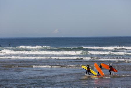 Cours de surf pour debutants sur la plage des Corsaires à Anglet au Pays Basque, cours de surf organise par l'ecole de surf Uhaina.  Anglet, Pays Basque, Région Nouvelle-Aquitaine. Aquitaine-Limousin-Poitou-Charentes, France, Europe.