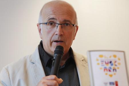 """Beñat Arrabit Vice-Président de la Communauté d'Agglomération Pays Basque chargé de la Politique Linguistique lors de la conférence de presse et du lancement de la campagne relative à l'utilisation de l'Euskara dans les commerces frontaliers """" NAHI DUZUNA DUGU"""" ( Nous avons ce que vous voulez) par le réseau Sareuska.  Pays Basque, Région Nouvelle-Aquitaine. Aquitaine-Limousin-Poitou-Charentes, France, Europe."""