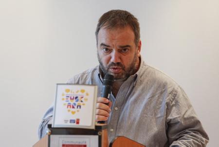 """David Izaga technicien de la langue Basque de la ville d'Irun lors du lancement de la campagne relative à l'utilisation de l'Euskara dans les commerces frontaliers """" NAHI DUZUNA DUGU"""" ( Nous avons ce que vous voulez) par le réseau Sareuska.  Pays Basque, Région Nouvelle-Aquitaine. Aquitaine-Limousin-Poitou-Charentes, France, Europe."""