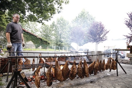 Le ZIKIRO (Méchoui Basque) gigot de mouton cuit au feu de bois, mais est embroché sur un pieu planté verticalement. Ici lors d'une fête et rencontre basque à Ahetze au Pays basque dans la province du labourd. Aheztarren Eguna, la journée des Aheztar organisée chaque année par l'association et plateforme citoyenne AHH (Ahetzeko Herritarren Hitza)  The ZIKIRO (Méchoui Basque) leg of mutton cooked over a wood fire, but is skewered on a stake planted vertically. Here during a Basque party and meeting in Ahetze in the Basque Country in the province of labourd. Aheztarren Eguna, the Aheztar day organized each year by the association and citizen platform AHH (Ahetzeko Herritarren Hitza)  Ahetze, Pays basque, 64 , Nouvelle Aquitaine, Pyrénées Atlantiques, Sud Ouest, South West, France, Europe.New Aquitaine, Basque Country.