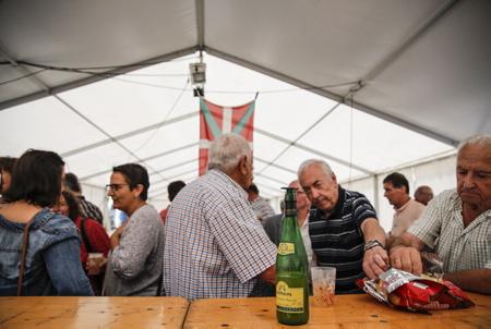Une bouteille de cidre ZAZPIAN sur un comptoir lors d'une fête et rencontre basque, ici à Ahetze au Pays basque dans la province du labourd. Aheztarren Eguna, la journée des Aheztar organisée chaque année par l'association et plateforme citoyenne AHH (Ahetzeko Herritarren Hitza)  A bottle of ZAZPIAN cider on a counter during a Basque party and meeting, here in Ahetze in the Basque Country in the province of labourd. Aheztarren Eguna, the Aheztar day organized each year by the association and citizen platform AHH (Ahetzeko Herritarren Hitza)  Ahetze, Pays basque, 64 , Nouvelle Aquitaine, Pyrénées Atlantiques, Sud Ouest, South West, France, Europe.New Aquitaine, Basque Country.