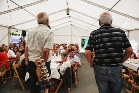Art du Bertsu et intervention de deux bertsulari ici à Ahetze lors de la fête et rencontre basque, Aheztarren Eguna, la journée des Aheztar organisée chaque année par l'association et plateforme citoyenne AHH (Ahetzeko Herritarren Hitza). Le bertsularisme, bertsulari (improvisation et improvisateur en basque).  Art of Bertsu and intervention of too bertsulari here in Ahetze during the Basque party and meeting, Aheztarren Eguna, the Aheztar day organized each year by the association and citizen platform AHH (Ahetzeko Herritarren Hitza). The bertsularism, bertsulari (improvisation and improviser in Basque).  Ahetze, Pays basque, 64 , Nouvelle Aquitaine, Pyrénées Atlantiques, Sud Ouest, South West, France, Europe.New Aquitaine, Basque Country.