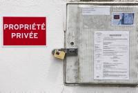 Compteur ERDF cadenasse avec un sommation de ne pas faire ( pose de compteur Linky ) par huissier de justice village d' Ahetze au pays basque dans la province du labourd suite à la pose contre la volonté de certains habitants du village des compteurs Linky.  Pays basque, Nouvelle Aquitaine, Pyrénées-Atlantiques, Europe, France.