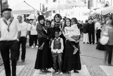 """Lehengo Hazparne du13 aout 2017, reconstitution d'une Fête Populaire Basque en 1900 . C'est sur une idée originale de Jacques COUMET,  en 1971, que naît cette reconstitution de l'ambiance d'une journée en 1900. Hasparren ville du Pays Basque de la province basque du Labourd est en fête et retrouve ses racines pour cette 19ème édition du """"Lehengo Hazparne"""" .Une fête devenue incontournable et sans doute une des plus belles du Pays Basque.  Région Nouvelle-Aquitaine. Aquitaine-Limousin-Poitou-Charentes, France, Europe."""