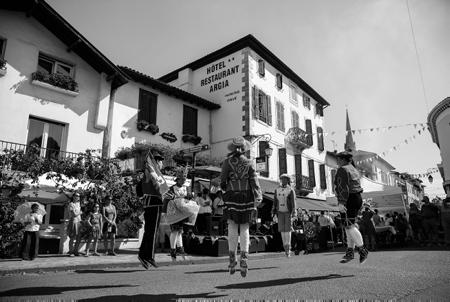 """Lehengo Hazparne du13 aout 2017, danse basque avec le groupe Sohutako Dantzariak, reconstitution d'une Fête Populaire Basque en 1900 . C'est sur une idée originale de Jacques COUMET,  en 1971, que naît cette reconstitution de l'ambiance d'une journée en 1900. Hasparren ville du Pays Basque de la province basque du Labourd est en fête et retrouve ses racines pour cette 19ème édition du """"Lehengo Hazparne"""" .Une fête devenue incontournable et sans doute une des plus belles du Pays Basque.  Région Nouvelle-Aquitaine. Aquitaine-Limousin-Poitou-Charentes, France, Europe."""