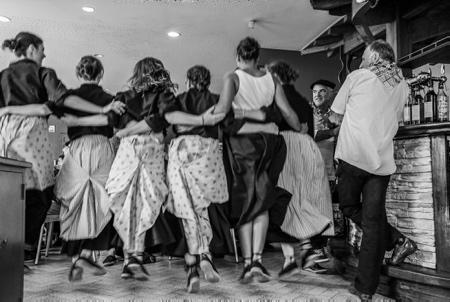 """Lehengo Hazparne du13 aout 2017, danse basque dans le bar du fronton, Mimi Ostatua avec le groupe de danse Elkar Oinka. Reconstitution d'une Fête Populaire Basque en 1900 . C'est sur une idée originale de Jacques COUMET,  en 1971, que naît cette reconstitution de l'ambiance d'une journée en 1900. Hasparren ville du Pays Basque de la province basque du Labourd est en fête et retrouve ses racines pour cette 19ème édition du """"Lehengo Hazparne"""" .Une fête devenue incontournable et sans doute une des plus belles du Pays Basque.  Région Nouvelle-Aquitaine. Aquitaine-Limousin-Poitou-Charentes, France, Europe."""