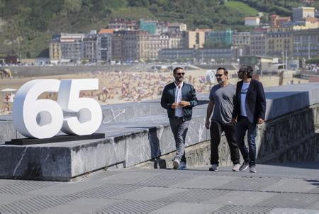 Film LE SENS DE LA FETE C EST LA VIE presentation au Festival de Cinema de San Sebastien avec de G a D Olivier Nakache, l acteur Gilles Lellouche et Eric Toledano.