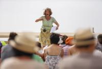 """Festival des Arts de la rue de Biarritz edition 2017 organise par l association Biarritz Evenement, la compagnie LABEL Z sur l esplanade du casino municipal """"Chorale Public """"."""