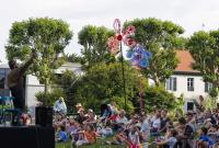 """Festival des Arts de la rue de Biarritz edition 2017 organise par l association Biarritz Evenement, le Theatre du versant """"' Fourbes Pleurs et Fourberies """" au jardin piblic."""