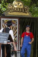 """Festival des Arts de la rue de Biarritz edition 2017 organise par l association Biarritz Evenement, la cie Docteur Troll """"' La Magicabine """""""