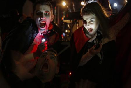 """La troupe de théatre Izarrak Haizean joue """" Le bal des Vampires"""" pièce écrite par Eyhande Abeberry ici représentation lors du Biarritz Halloween edition 2017 dans le jardin public de la ville de Biarrirz, organisé par la ville de Biarritz via l'association Biarritz Evenement. La fete d halloween a Biarritz au Pays Basque: Halloween ou L Halloween est une fete originaire des iles Anglo-Celtes celebree dans la soiree du 31 octobre veille de la Toussaint."""