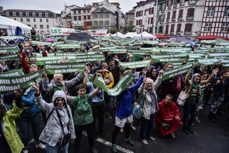 Après 5 ans d'attente, Alternatiba est de retour à Bayonne ici le 6 octobre2018. Depuis 2013, et l'édition d'Alternatiba fondatrice d'un élan formidable, nombreuses et nombreux sont celles et ceux qui ont réclamé le retour d'un village des alternatives à Bayonne. L'édition 2018 verra le Pays Basque accueillir l'arrivée du Tour Alternatiba, grande opération de sensibilisation et de mobilisation contre le changement climatique qui sera parti le 9 juin de Paris et aura traversé 5 800 km en 4 mois avant de terminer à Bayonne.Alternatiba aura mobilisé plus de 50 000 personnes autour des alternatives et des résistances aux projets climaticides.  Bayonne, Pays basque, 64 , Nouvelle Aquitaine, Pyrénées Atlantiques, Sud Ouest, France, Europe.