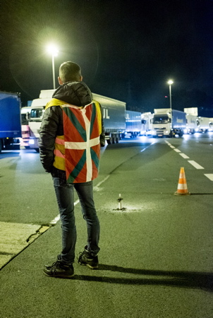 Depuis plus de 3 semaines, les Gilets Jaunes hendayais occupent le péage de Biriatou, sur l'A63, à la frontière franco-espagnole. Les voitures (VL) sont autorisées à passer gratuitement et les poids-lourds, sont filtrés au goutte à goutte : 1 camion toutes les 10mn. L'objectif de ces opérations journalières : Mettre la pression sur le Président Macron et créer la pression diplomatique des gouvernements basque et espagnole.  Biriatou, Pays Basque, Region Nouvelle-Aquitaine, Pyrenees-Atlantiques France, Europe.