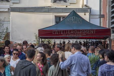 Tourisme d'affaires, sémininaire de travail et incentive au Pays basque, ici les Halles de Biarritz avec un stand de dégustation de L'Atelier du Piment d'Espelette.  Biarritz, Pays Basque, Nouvelle Aquitaine, Pyrénées Atlantiques, Sud Ouest, France, Europe.