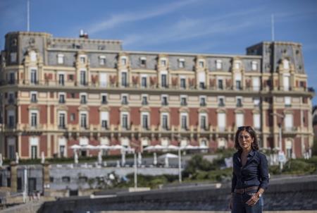 Nathalie Motsch devant l'hôtel du Palais de Biarritz le 9 octobre 2018, l'élu Biarriote les républicains dénonce avec virulence le montage financier et le bail emphytéotique entre la Ville et la Socomix, société qui gère le palace et qui fait actuellement ( en 2018) débat actuellement dans les medias.  Biarritz, Pays Basque, Region Nouvelle-Aquitaine, Pyrenees-Atlantiques France, Europe.