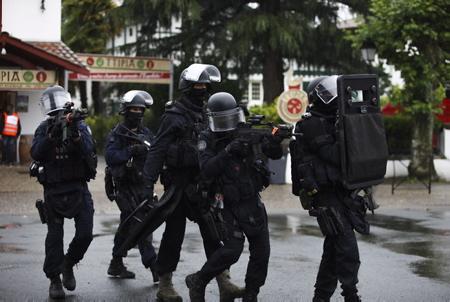 Espelette au Pays Basque le 16 juin 2018, Groupe d'intervention de la Gendarmerie Nationale GIGN lors d'un exercice de simulation d attaque terroriste et de simulation d'attentat avec des victimes et prise d'otages. Operation avec la presence de la police, de la gendarmerie, CRS, BRI et GIGN.  Espelette, Nouvelle Aquitaine, Pyrénées-Atlantiques, Pays Basque, Europe, France.
