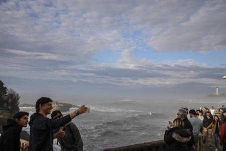 Biarritz le 15 fevrier 2018, sur la côte basque un groupe de jeunes touristes espagnol avec un selfie, profite enfin du soleil et de l'océan après des mois de pluies sur le pays basque nord.  Biarritz, Pays Basque Pyrenees-Atlantiques, Region Nouvelle-Aquitaine.France, Europe.