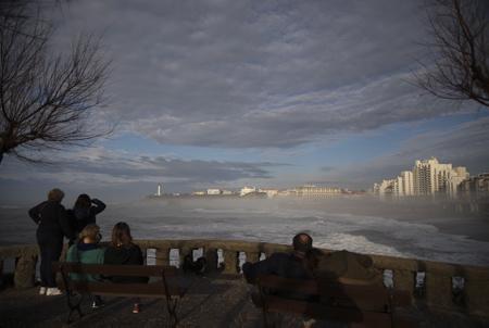 Biarritz le 15 fevrier 2018, sur la côte basque les touristes et locaux, profitent enfin du soleil et de l'océan ici face à la grande plage de Biarritz avec une température de 20 degrés après des mois de pluies sur le pays basque nord et l'arrivée d'une entrée maritime ( Brouillarta ) qui découpe le panorama en deux.  Biarritz, Pays Basque Pyrenees-Atlantiques, Region Nouvelle-Aquitaine.France, Europe.