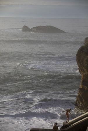 Biarritz le 15 fevrier 2018, sur la côte basque les touristes et locaux, profitent enfin du soleil et de l'océan ici plage du port vieux avec une température de 20 degrés après des mois de pluies sur le pays basque nord.  Biarritz, Pays Basque, Pyrenees-Atlantiques, Region Nouvelle-Aquitaine.France, Europe.