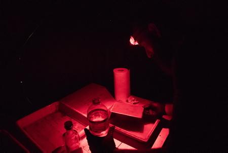 Guillaume Langla photographe ici le 15 juillet 2018 developpe un portrait au collodion-humide, procédé instantané de photographie sur plaque d'aluminium (ferrotype) inventé en 1851 par Frédérick Scott Archer.Les sujets photographiés il y a 10 minutes environ repartiront avec votre leur image sur plaque d'aluminium. Une opération à l'initiative de la galerie photographique L'ANGLE à Hendaye au Pays Basque pour faire re-découvrir ce procédé alternatif de photographie.  Hendaye, Pays Basque, Nouvelle Aquitaine, Pyrénées Atlantiques, Sud Ouest, France, Europe.