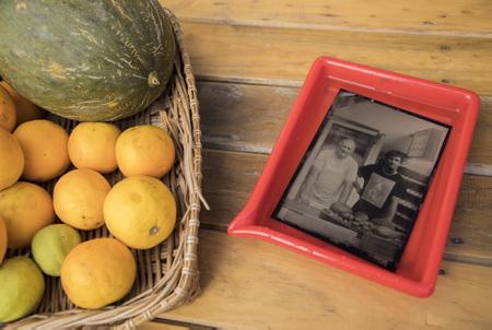 """Daniel et Anthony du bar à jus GOGOKO à Hendaye posent pour l'éternité sur une plaque de métal ici le 15 juillet 2018 lors de l' opération et évenement """"Votre portrait au collodion- par Guillaume Langla"""" à la Galerie photographique L'ANGLE à Hendaye au Pays Basque. Vous faire photographier comme dans les années 1850, et repartir avec votre image sur plaque d'aluminium. Un procédé instantané de photographie sur plaque d'aluminium (ferrotype) inventé en 1851 par Frédérick Scott Archer qui a immédiatement séduit par la finesse de son rendu et des gammes de gris mais a été abandonné vers 1880 à cause de sa complexité de mise en œuvre.  Hendaye, Pays Basque, Nouvelle Aquitaine, Pyrénées Atlantiques, Sud Ouest, France, Europe."""
