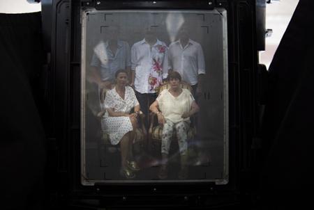"""Portrait de famille pour Caroline, Simon, Pierrette, Joel et Antoine à Hendaye le 15 juillet 2018 photographiés pour l'éternité sur une plaque de métal lors de l' opération et évenement """"Votre portrait au collodion- par Guillaume Langla"""" à la Galerie photographique L'ANGLE à Hendaye au Pays Basque. Vous faire photographier comme dans les années 1850, et repartir avec votre image sur plaque d'aluminium. Un procédé instantané de photographie sur plaque d'aluminium (ferrotype) inventé en 1851 par Frédérick Scott Archer qui a immédiatement séduit par la finesse de son rendu et des gammes de gris mais a été abandonné vers 1880 à cause de sa complexité de mise en œuvre.  Hendaye, Pays Basque, Nouvelle Aquitaine, Pyrénées Atlantiques, Sud Ouest, France, Europe."""