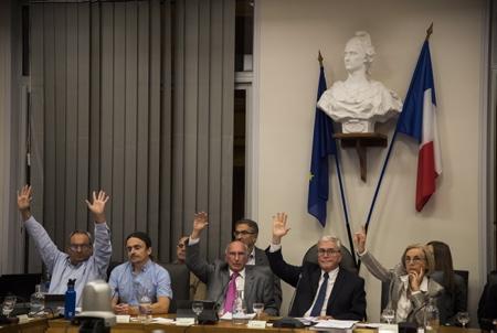 """De GàD Peio Claverie adjoint à la réglementation et Vie Associative, Guillaume Barucq adjoint Adjoint au Maire à l'Environnement, Guy Lafite l'adjoint aux finances de la ville de Biarritz, Michel Veunac le Maire de la ville de Biarritz et Jocelyne Castaignede adjointe à la culture lors du vote du conseil Municipal du 15 octobre 2018 de la ville de Biarritz au Pays basque, le conseil municipal se prononce sur le volet final du """"fameux"""" montage financier destiné à permettre la restauration complète du palace de la ville, l'hôtel du Palais.Le montage financier sera finalement acté avec 20 voix pour et 15 contre.  Biarritz, Pays Basque, Region Nouvelle-Aquitaine, Pyrenees-Atlantiques France, Europe."""