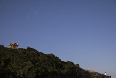 La Love Tower de l'artiste et plasticien japonais Tadashi Kawamata à Anglet au Pays Basque lors de la 7° Biennale Internationale d'Art Contemporain de la ville. Une septième édition de La Littorale, baptisée Chambre(s) d'Amour. Signée Richard Leydier critique d'art et commissaire de cette exposition qui présente les œuvres éphémères de onze artistes de différentes nationalités installées sur un parcours autour de la Chambre d'Amour, connue pour son spot de surf, sa grotte et sa légende. Une Biennale qui confronte une nouvelle fois les artistes à la puissance de l'océan et à un site naturel d'exception, emblématique du littoral basque.