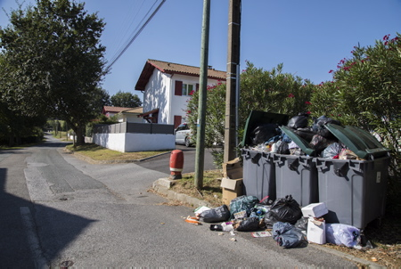 Grève illimitée des éboueurs au Pays Basque lancée par la CGT depuis le 15 septembre 2018, pas de ramassage des ordures dans une partie du Pays Basque. Ici dans le village d'ahetze au pays basque, province du labourd. Le ramassage des ordures est une compétence de la communauté d'agglomération Pays Basque. A l'origine du conflit, les négociations entamées depuis plusieurs mois afin d'harmoniser les régimes sociaux des anciennes communautés de communes.  Ahetze, Pays Basque, Nouvelle Aquitaine, Pyrénées Atlantiques, Sud Ouest, France, Europe.
