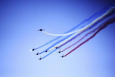 Demonstration de la patrouille de france avec les ALPHA JET et les fumigénes bleu blanc rouge, tricolore le 21 juillet 2018 à Anglet au Pays Basque dans la province du labourd.La Patrouille de France (PAF pour Patrouille Acrobatique de France) est la patrouille acrobatique officielle de l'Armée de l'air française créée en 1953. Avec les autres ambassadeurs de l'Armée de l'Air, sa mission est de représenter cette arme, et d'être l'ambassadrice de l'aéronautique française à l'étranger.  Anglet, Pays Basque, Nouvelle Aquitaine, Pyrénées Atlantiques, Sud Ouest, France, Europe.